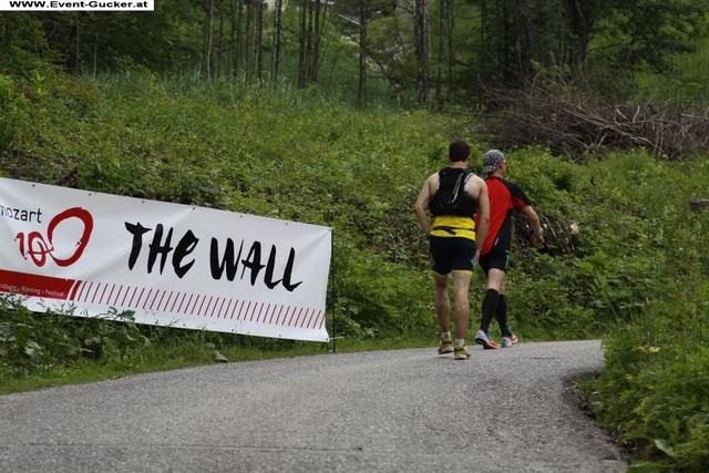 """uzun tur dönüşündeki kısa ama sıkı yokuş... Yanda """"duvar"""" posteri görünüyor"""