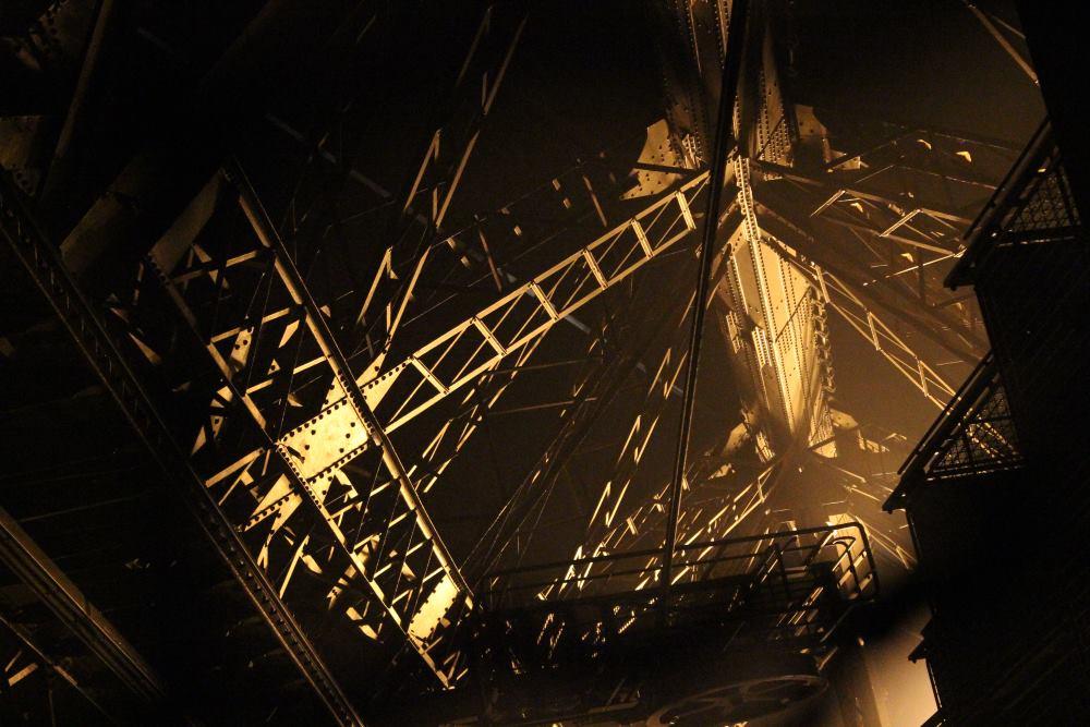 Eyfel Kulesinin merdivenlerinden yukarıya bakmadan koşmak iyi fikir...