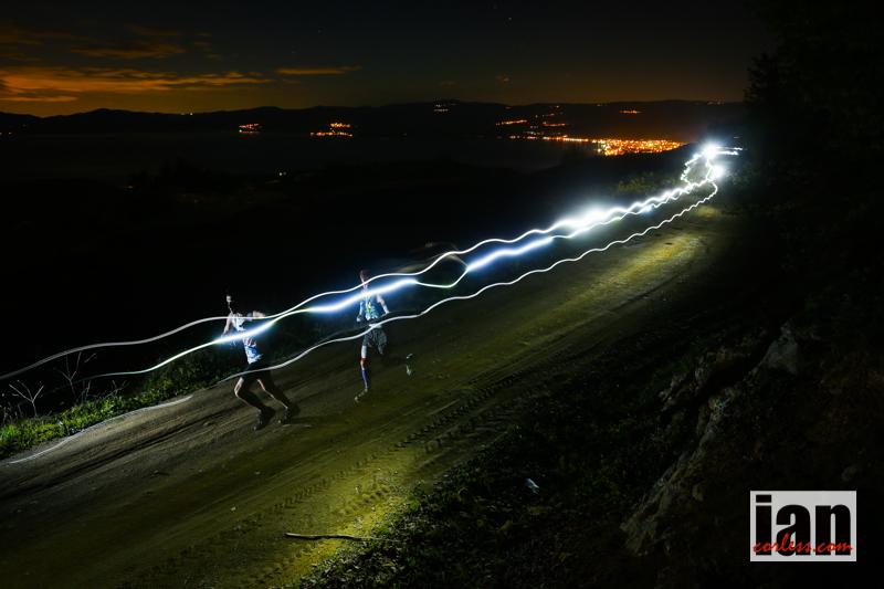 130K yarışı geceyarısı başlıyor ve bütün sporcular en az 6 saat karanlıkta koşuyorlar. Foto: Ian Corless