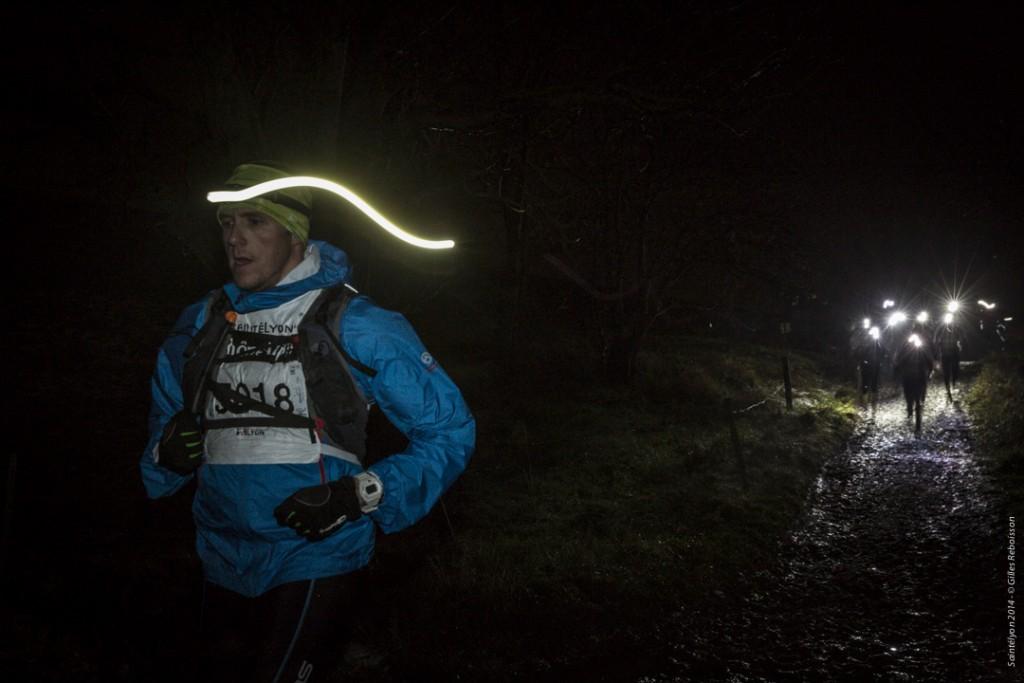 Yarışmacılar uzun karanlık gece boyunca soğuk, buz ve çamurla mücadele ediyor. Foto: GillesReboisson
