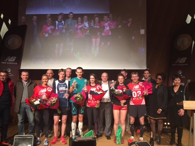 Kadınlar ve Erkekler ilk üçleri ödülleri takdim eden sponsor ve paydaşlarla beraber sahneden hatıra pozu veriyor. F: C.Odabaşoğlu