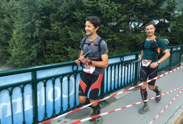 Serkan ve Sertan Girgin kardeşler beraber koştukları UTMB'yi bitirmek üzereler. Foto: Caner Odabaşoğlu