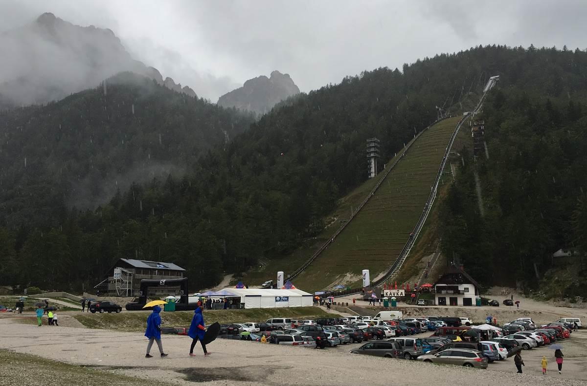 17 Eylül'de oldukça ıslak ve serin havaya rağmen 1000den fazla koşucu ve iki katı kadar izleyici Planica kayak tesislerine geldi. F: C.Odabaşoğlu