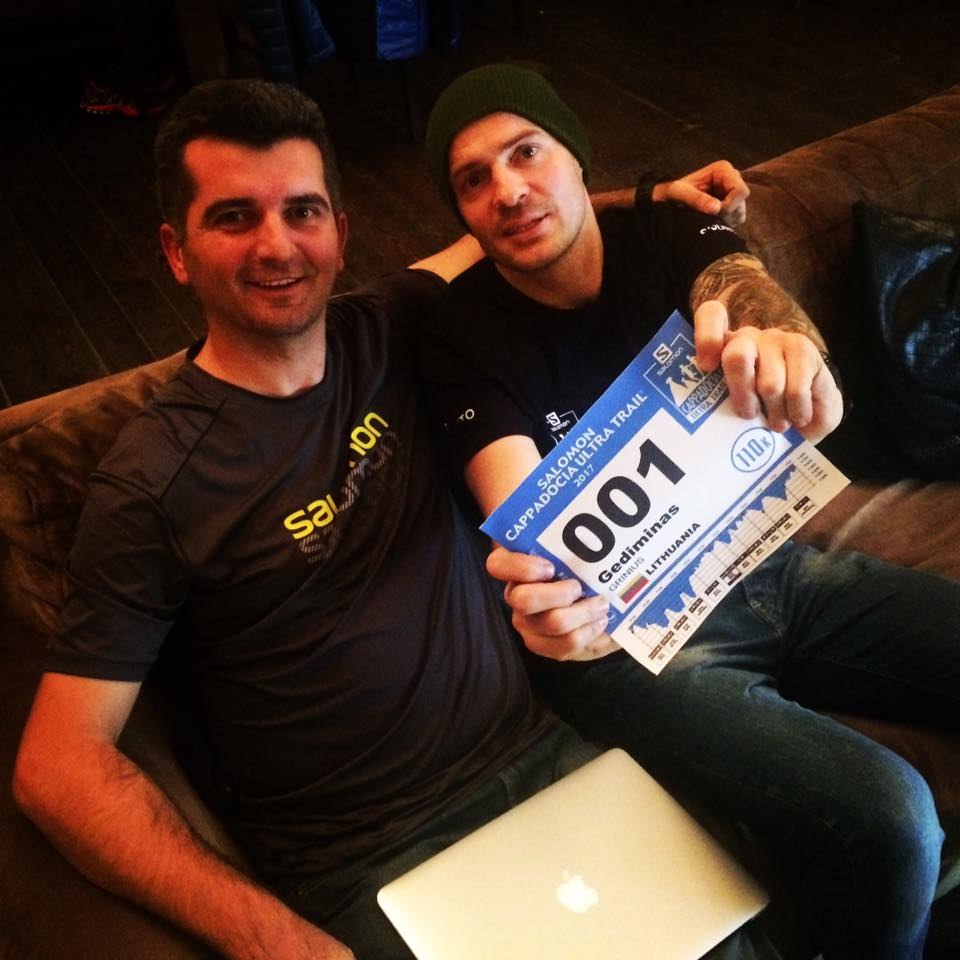 Gediminas showing his bib number with Race Director Koray Bozunogullari